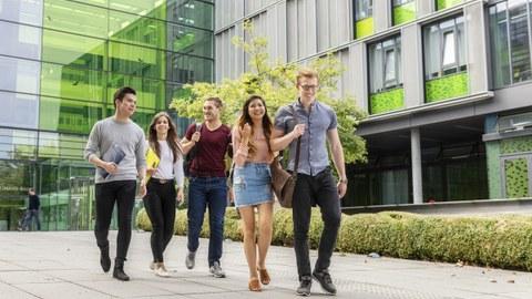 Studentengruppe vor dem Informatikgebäude