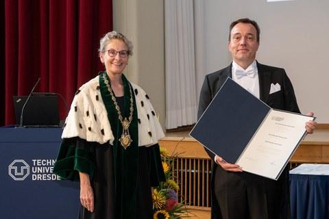 Ehrenpromovend Prof. Torben Bach Pedersen und die Rektorin der TU Dresden, Frau Prof. Ursula Staudinger nach Überreichung der Ehrenurkunde