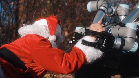 Roboter hilft Weihnachtsmann beim Aufstehen
