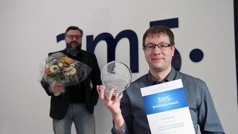 Dr. Nils Asmussen zur Verleihung des 3m5. Excellence Award am 16.12. 2020, im Hintergrund geschäftsführer von 3m5. Michael Eckstein