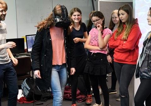 Mädchen zum Girlsday testen im Labor mit VR-Brillen verschiedene Anwendungen.-