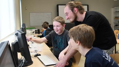 Zwei Schüler und Kursleiter im Schülerrechenzentrum der TU Dresden