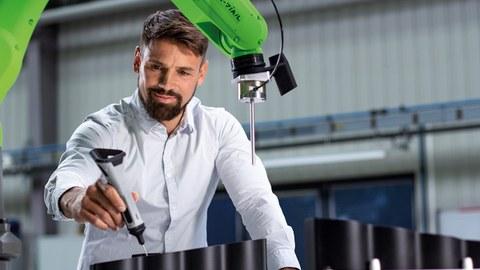 Trachtens der Firma Wandelbots lernen Roboter an