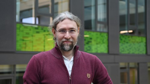 Portrait Prof. Bjoern Andres im Foyer des APB