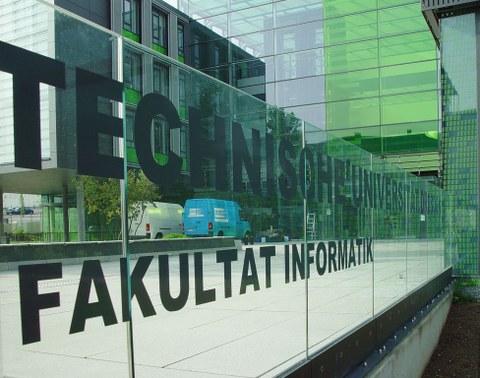 Gebäude der Fakultät Informatik - Schriftzug