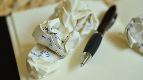 Zerknülltes Papier und Stift