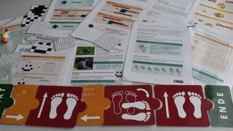 Auf dem Foto sind verschiedenen Lehr-Lern-Materialien zum Thema Informatik zur Nutzung in der Schule zu sehen.