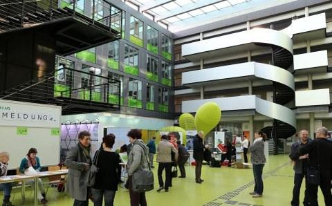 Foyer der Fakultät Informatik zum Schulinformatiktag