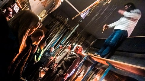 Hinter den Kulissen, Studierende sehen die Rückseite eines Marionettentheaters