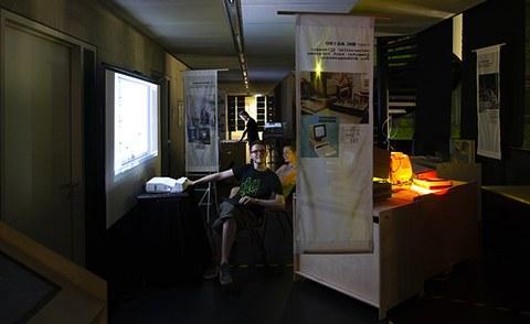 Esther Lapczyna und Lars Engeln geben der Ausstellung zu Bildungscomputern den letzten Schliff.