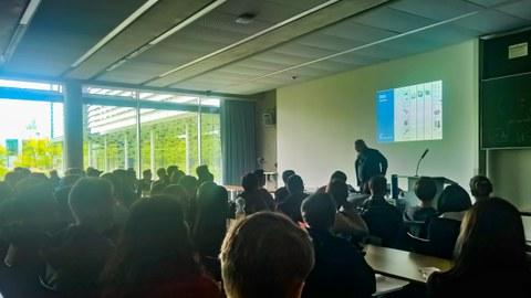 Prof. Groh bringt den neuen Studenten die Mediengestaltung nahe.