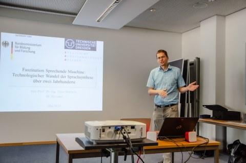 Jun.-Prof. Birkholz leitet die Abschlusspräsentation der Sprechmaschine ein.