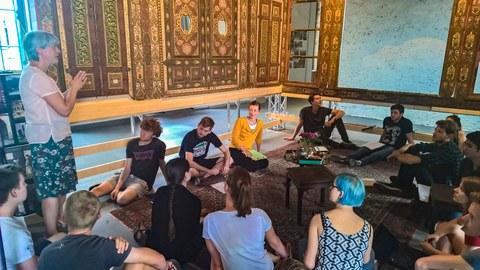 Frau Dr. Scharrahs erzählt zu Ihrem Restaurierungsprozess des Dresdner Damaskus Zimmers