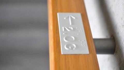 Handlauf mit Braille-Kennzeichnung im Hörsaalzentrum der TU Dresden