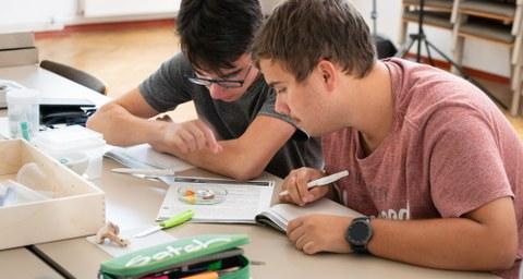 Foto zweier Schüler beim Experimentieren