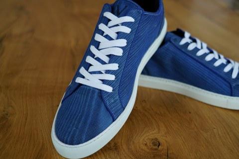 Schuhe aus flexiblem Furnierholz