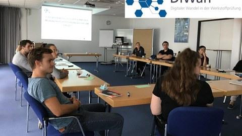 Workshopteilnehmer in Seminarraum
