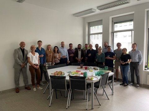 Gruppenfoto der Doktorandinnen und Doktoranden mit Sprecher Professor Hurtado und Geschäftsführerin Doktor Martius