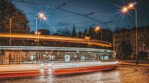 Tram bei Nacht in Prag