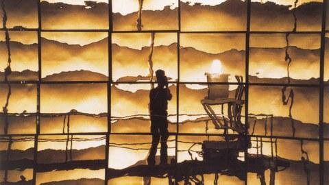 Der Solarofen der Plataforma Solar de Almeria: Das Testpanel spiegelt sich im Parabolspiegel.