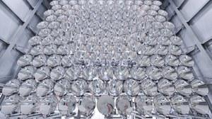 Synlight besteht aus insgesamt 149 Hochleistungsstrahler, deren Herzstück je eine 7000 Watt Xenon-Kurzbogenlampe ist, wie man sie in Kinoprojektoren verwendet. Jeder Strahler ist einzeln steuerbar, wodurch verschiedenste Anordnungen und Temperaturen im Fokalpunkt möglich sind - sogar bei drei parallel stattfindenden Versuchen.
