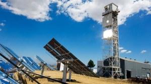 Bei einem Turmkraftwerk wird die Sonnenstrahlung von vielen Spiegeln auf einen Receiver an der Spitze eines Turmes konzentriert. Dort entstehen Temperaturen bis über 1000 Grad Celsius die unter anderem zur Stromerzeugung genutzt werden können.
