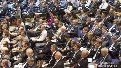 Menschen sitzen in vollem Hörsaal
