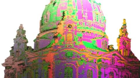 Bunt schillerende Frauenkirche von Dresden
