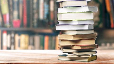 Bücher auf einem Tisch