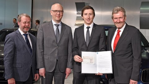 "Preisträger Jonas Richter (2.v.r.) mit Prof. Dr. N. Modler (ILK-Vorstand, 2.v.l.), Dr. A. P. Eggert (VDI-Gesellschaft Materials Engineering, l.) und Prof. Dr. R. Stauber (VDI-Fachbereich ""Kunststoffe im Automobilbau"", r.)"