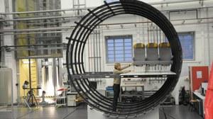 Ein Wissenschaftler des Instituts für Leichtbau und Kunststoftechnik arbeitet an einem Flugzeugrumpf..