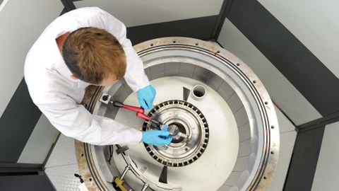 Ein Mitarbeiter des Instituts für Leichtbau und Kunststofftechnik arbeitet an einem UTC-Prüfstand.
