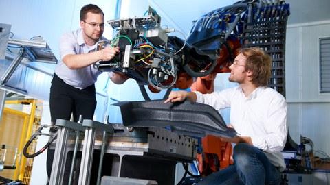 Sirko Geller und Eike Dohmen arbeiten an einer LFI-Anlage
