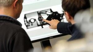 Zwei Wissenschaftler der ILK betrachten eine computertomographische Aufnahme eines Bauteils.