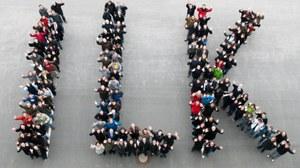 Luftbildaufnahme von Mitarbeitern des ILK, die die Buchstaben I, L und K bilden.