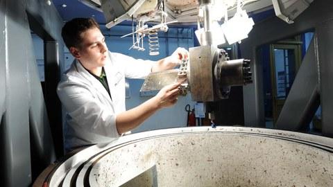 Ein Wissenschaftler des Instituts für Leichtbau und Kunststoftechnik spannt ein Blade im Rotopfrüfstand ein.