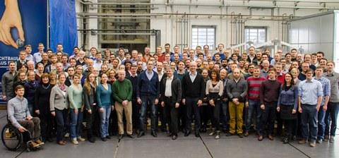 Gruppenbild des Teams des Instituts für Leichtbau und Kunststofftechnik der TU Dresden.