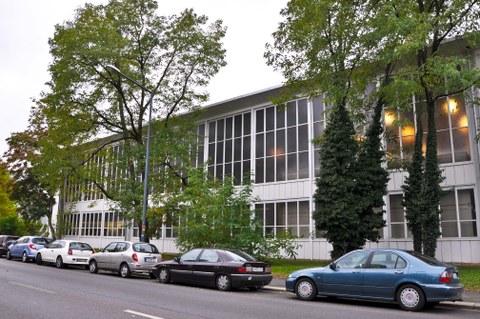 Außenaufnahme eines weißen Gebäudes mit großen Fenstern.