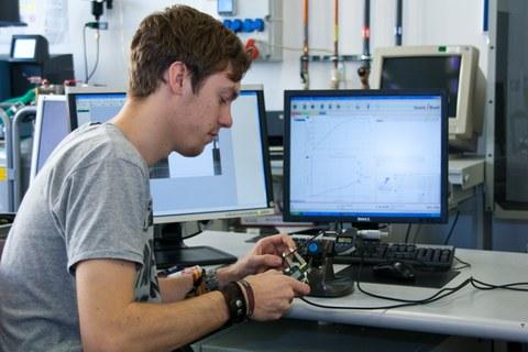 Ein Leichtbau-Student arbeitet an einem Rechner.