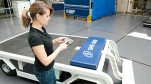 Eine junge Mitarbeiterin des Instituts für Leichtbau und Kunststofftechnik testet ein Demonstratorfahrzeug.