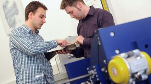 Zwei wissenschaftlische Mitarbeiter des ILK betrachten ein Fan-Blade.