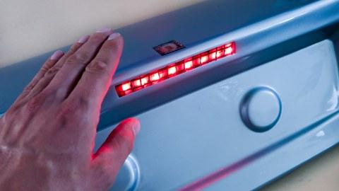 Aufnahme einer Fahrzeugheckklappe, an der ein Sonsor rot leuchtet.