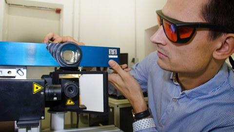 ILK-Forscher Gordon Just stellt die Versuchsanordnung für das Projekt Autoshear ein.