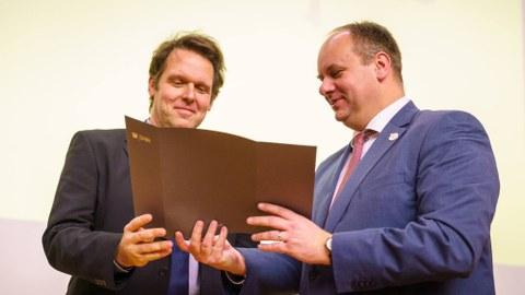 Dr. Robert Böhm erhält den Preis aus den Händen des Dresdner Oberbürgermeisters Dirk Hilbert.