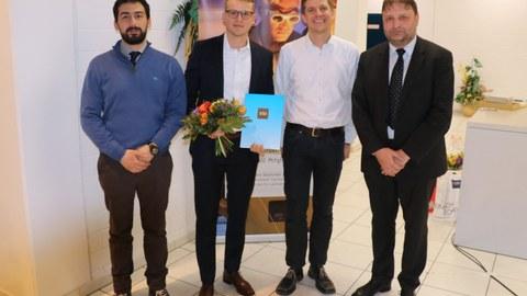 Preisträger Moritz Neubauer (2.v.l.) mit den Betreuern Dr. Angelos Filippatos (l.) und Dr. Martin Dannemann (2.v.r.) sowie VDI-Vorsitzender Prof. Thomas Wiedemann.
