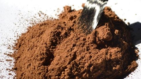 Das braune Lignin ist ein Abfallprodukt der Papierindustrie. Schon bald soll es zur Herstellung von ökologischen Kohlenstofffasern eingesetzt werden. Die etablierten schwarzen Kohlenstofffasern werden auf der Basis von Erdöl oder Pech produziert.