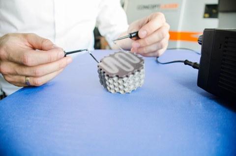 Test des Multi-Material-Leichtbaudemonstrators mittels manuell angeschlossener Stromquelle.