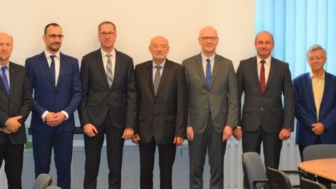 Erste Promotionsverteidigung im Rahmen des deutsch-polnischen Promotionsprogramms. V.l.n.r.: Prof. Artur Rusowicz (WUT), Prof. Tomasz Wisniewski (WUT), Michal Kubiś (Doktorand), Prof. Maik Gude (TUD), Prof. Andrzej Teodorczyk (WUT), Prof. Niels Modler (TUD), Prof. Krzysztof Dragan (ITWL), Prof. Piotr Furmański (WUT), Dr. Mirosław Serdyński (WUT).