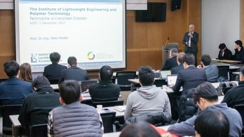 Professor Modler präsentiert den koreanischen Konferenzteilnehmern das Institut für Leichtbau und Kunststofftechnik.