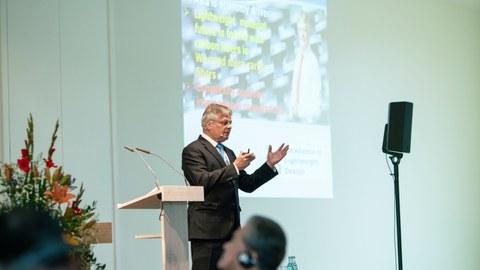 Prof. Hubert Jäger, Sprecher des ILK-Vorstandes eröffnet das Symposium.